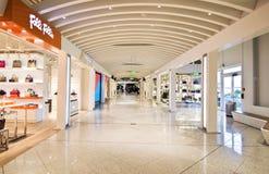Boutiques hors taxe à l'aéroport Grèce d'Eleftherios Venizelos Image libre de droits