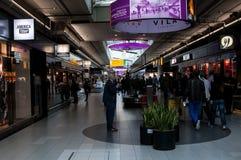 Boutiques hors taxe dans l'aéroport de Schiphol, Amsterdam, Pays-Bas Photographie stock libre de droits