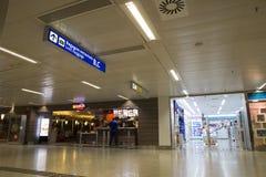 Boutiques hors taxe et aliments de préparation rapide dans l'aéroport, Sao Paulo Images libres de droits