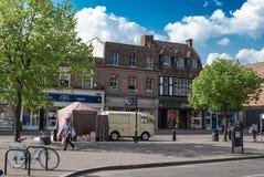 Boutiques sur St Peters Street à St Albans Photographie stock libre de droits