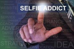 Bouton émouvant d'intoxiqué de selfie d'homme d'affaires sur l'écran virtuel image stock