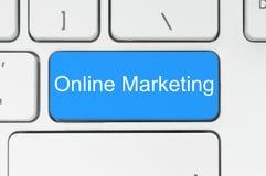 Bouton bleu avec des mots de marketing en ligne sur le clavier Photos libres de droits
