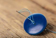Bouton bleu avec l'aiguille Image libre de droits