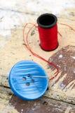 Bouton bleu avec le fond d'aiguille et de fil Photographie stock libre de droits