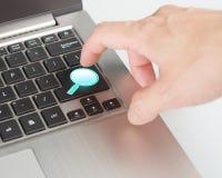 Bouton bleu lumineux de recherche d'aspiration de loupe sur le clavier  Photo libre de droits