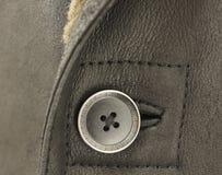 Bouton brun décoratif et vrai cuir de moutons Photographie stock