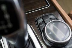Bouton central de media de voiture images stock