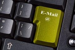Bouton coloré d'email sur le clavier d'ordinateur noir Concept en ligne de communication d'affaires d'Internet Photographie stock