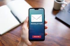 Bouton d'abonnement de bulletin d'information sur l'écran de téléphone portable Concept de vente d'affaires image libre de droits