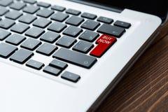 Bouton d'acheter maintenant sur l'ordinateur portable Images libres de droits