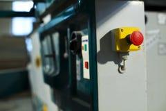Bouton d'arrêt d'urgence sur la machine industrielle de scie Photographie stock libre de droits