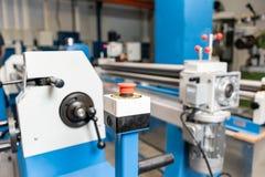 Bouton d'arrêt d'urgence Outil de roulement de production, machine électrique la production de la ventilation et des gouttières O image libre de droits