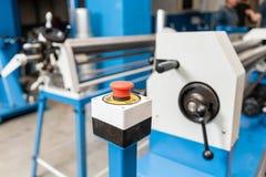 Bouton d'arrêt d'urgence Outil de roulement de production, machine électrique la production de la ventilation et des gouttières O photo stock
