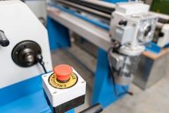Bouton d'arrêt d'urgence Outil de roulement de production, machine électrique la production de la ventilation et des gouttières O photographie stock