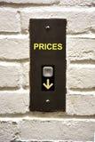 Bouton d'ascenseur indiquant comment diminuer des prix images stock