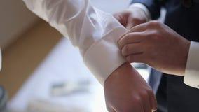 Bouton d'attache d'homme de la chemise du marié clips vidéos