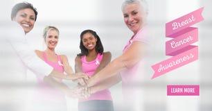 Bouton d'en savoir plus avec le texte des femmes de conscience de cancer du sein remontant des mains Photo libre de droits