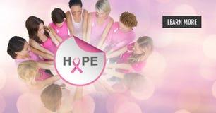 Bouton d'en savoir plus avec le texte d'espoir avec des femmes de conscience de cancer du sein remontant des mains Photo libre de droits