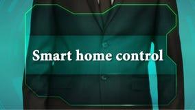 Bouton d'inverse de poussée d'homme d'affaires sur l'écran tactile contrôle à la maison futé d'inscription clips vidéos