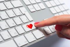 Bouton de clavier de pressing du doigt de la femme Image libre de droits