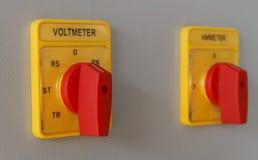 Bouton de commutation de mètre de volt sur le panneau de commande électrique photos libres de droits