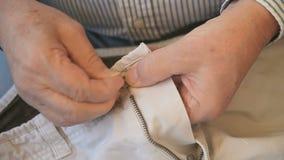 Bouton de couture d'homme clips vidéos