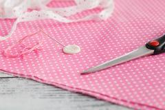 Bouton de ² d'anÐ d'aiguille goupillé sur le tissu de point de polka Photo stock