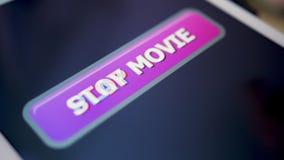 Bouton de film de jeu de pressing de tir de plan rapproché sur la tablette d'écran tactile clips vidéos