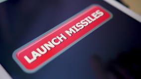 Bouton de missiles de lancement de pressing de tir de plan rapproché sur la tablette d'écran tactile banque de vidéos