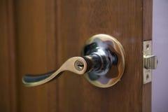 Bouton de porte d'or sur la porte en bois Image libre de droits