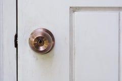 Bouton de porte et trou de la serrure sur la porte en bois blanche Photo libre de droits
