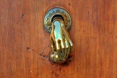Bouton de porte formé par main. Photo libre de droits