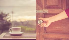 Bouton de porte ouverte de main de femmes ou ouverture de la porte Image libre de droits