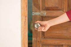 Bouton de porte ouverte de main de femmes ou ouverture de la porte Photo stock