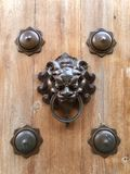 Bouton de porte traditionnel image stock