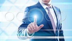 Bouton de pressing d'homme d'affaires sur les écrans virtuels photo stock