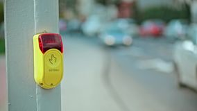 Bouton de pressing de main aux feux de signalisation clips vidéos