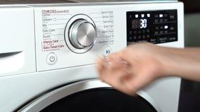 Bouton de pressing de main de machine à laver banque de vidéos