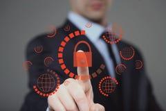 bouton de sécurité de cyber de pressing d'homme d'affaires sur les écrans virtuels Images libres de droits