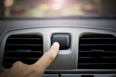 Bouton de secours de presse de main dans la voiture photos libres de droits
