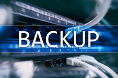 Bouton de secours sur le fond moderne de pièce de serveur Prévention de perte de données Restauration du système images stock