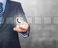 Bouton de téléphone de pressing d'homme d'affaires sur l'écran visuel Photo stock