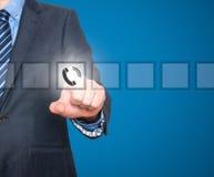 Bouton de téléphone de pressing d'homme d'affaires sur l'écran visuel Image stock