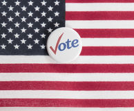 Bouton de vote sur le drapeau des USA Photos stock