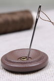 Bouton et pointeau avec un amorçage Photos stock
