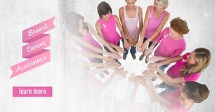 Bouton et texte d'en savoir plus avec des femmes de conscience de cancer du sein remontant des mains Image stock