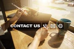 Bouton et texte de contactez-nous sur l'écran virtuel Concept d'affaires et de technologie Photos libres de droits