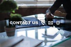 Bouton et texte de contactez-nous sur l'écran virtuel Concept d'affaires et de technologie Image stock