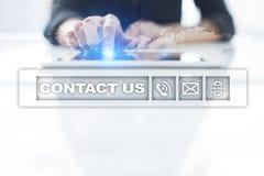 Bouton et texte de contactez-nous sur l'écran virtuel Concept d'affaires et de technologie Photos stock
