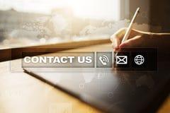 Bouton et texte de contactez-nous sur l'écran virtuel Concept d'affaires et de technologie Images stock